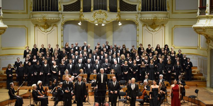 Dynamische Wechselspiele: Johannes-Passion packt die Zuschauer in Hamburg